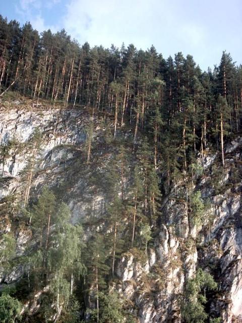 Крутые скалы по берегам
