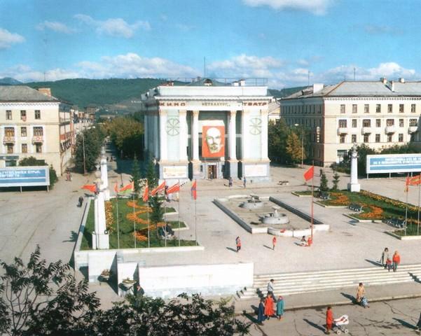 Площадь металлургов и кинотеатр